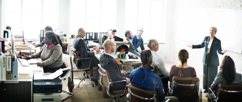 Executivos que encontram o conceito da sessão de reflexão da conferência imagens de stock royalty free