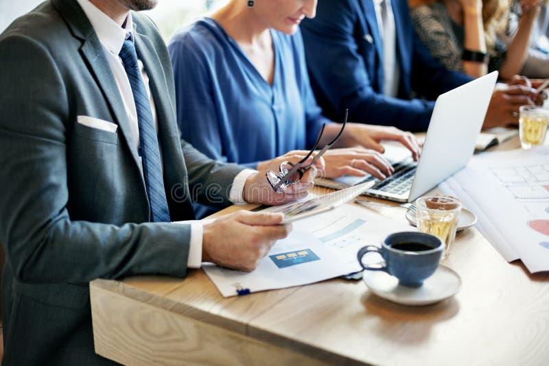 Executivos que encontram o conceito incorporado da discussão imagens de stock