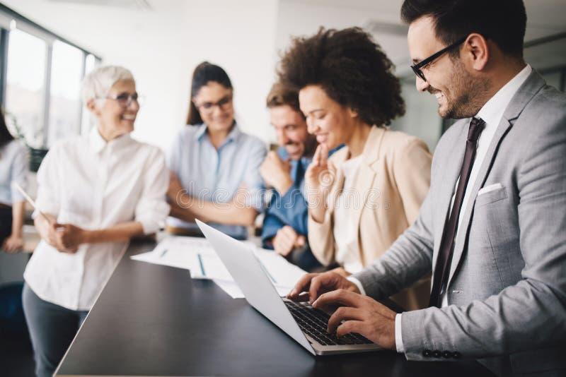 Executivos que encontram o conceito incorporado da discussão da conferência imagens de stock