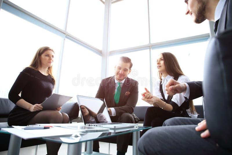 Executivos que encontram o conceito incorporado da discussão da conferência imagem de stock royalty free
