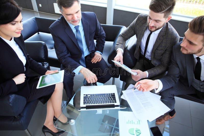 Executivos que encontram o conceito incorporado da discussão da conferência imagem de stock