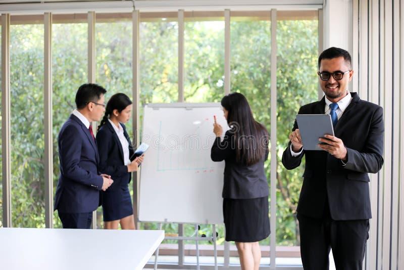 Executivos que encontram o escritório de trabalho da discussão de uma comunicação imagem de stock royalty free