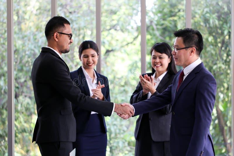 Executivos que encontram o escritório de trabalho da discussão de uma comunicação imagem de stock