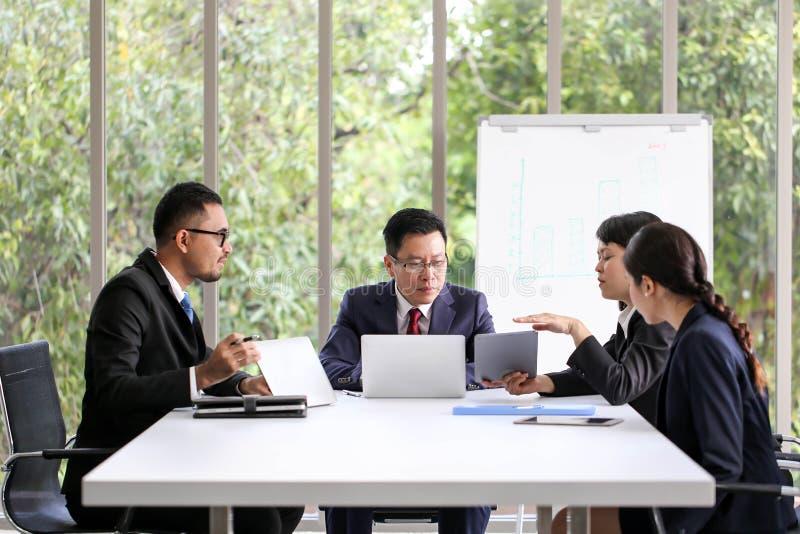 Executivos que encontram o escritório de trabalho da discussão de uma comunicação, encontrando o conceito incorporado dos trabalh foto de stock