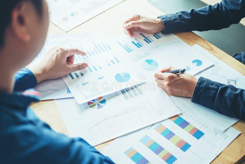 Executivos que encontram o planeamento e o funcionamento no DES novo do negócio foto de stock
