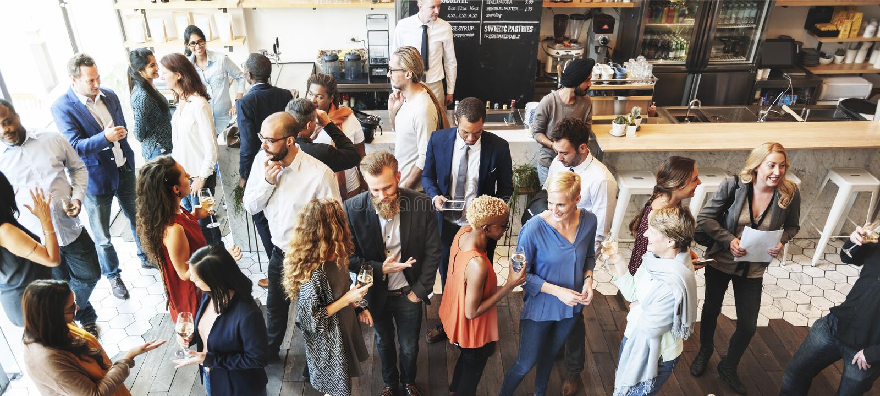 Executivos que encontram-se comendo o conceito do partido da culinária da discussão imagem de stock royalty free