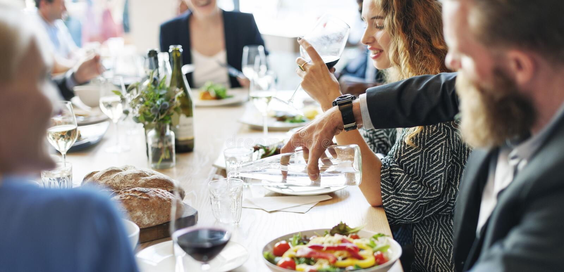 Executivos que encontram-se comendo o conceito do partido da culinária da discussão fotografia de stock