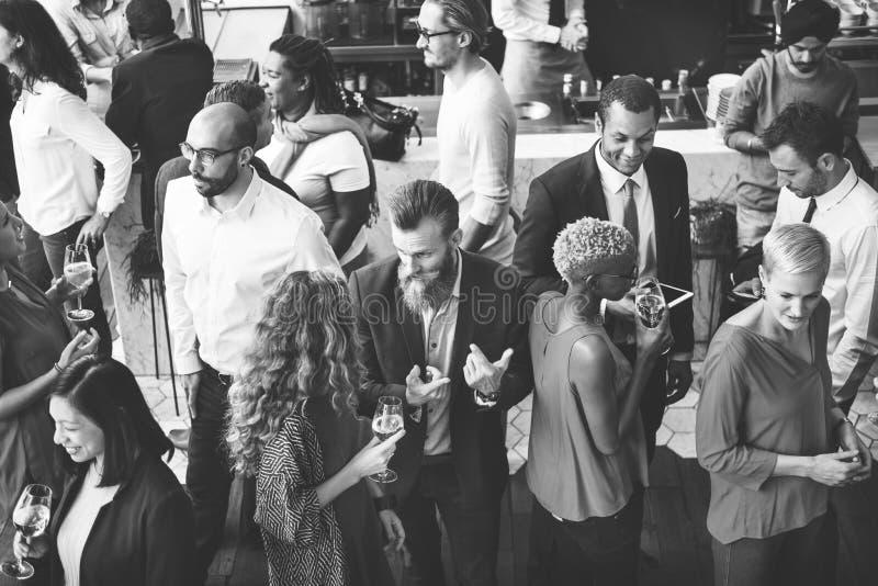 Executivos que encontram-se comendo o conceito do partido da culinária da discussão foto de stock