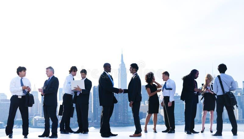 Executivos que encontram-se em New York City imagem de stock royalty free