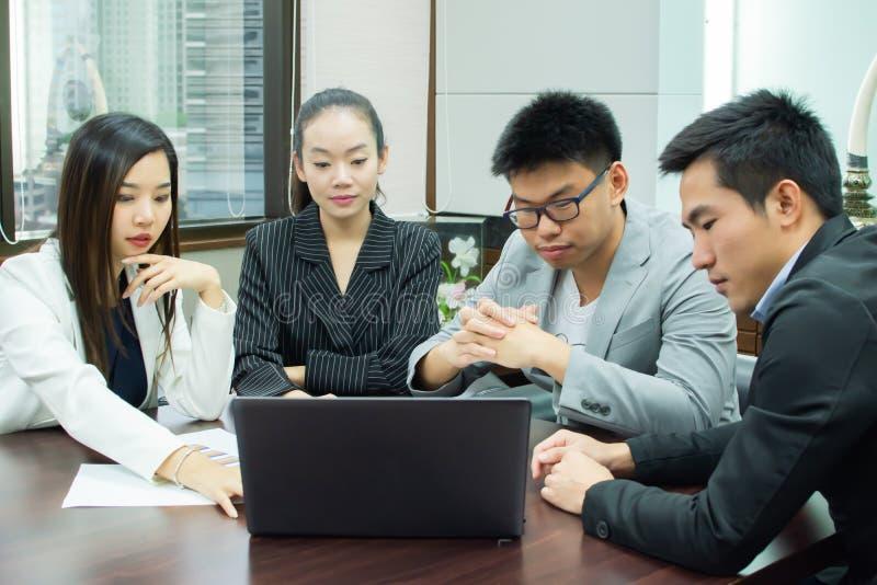 executivos que encontram-se em uma sala imagem de stock royalty free