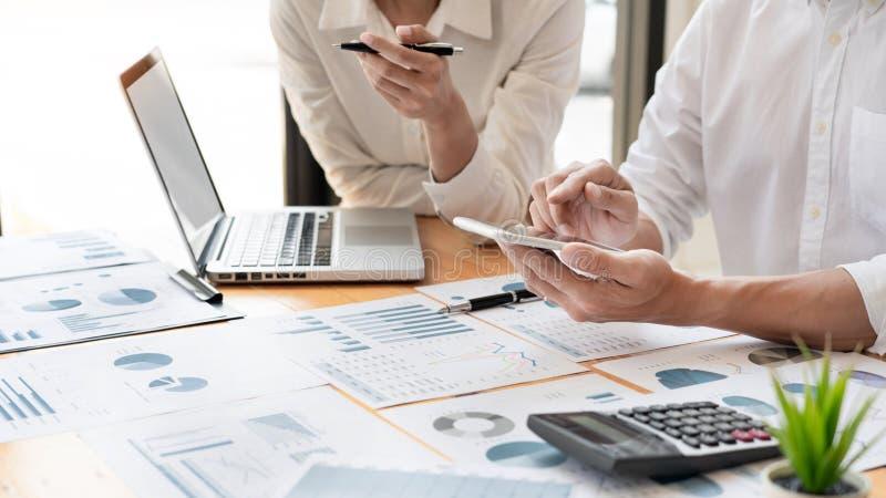 Executivos que encontram-se para analisar e discutir e que conceituam os dados financeiros da carta do relatório no escritório, c fotos de stock