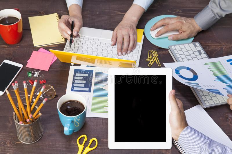 Executivos que encontram-se usando o laptop, PC da tabuleta, papel de carta para a estrat?gia empresarial da an?lise fotos de stock royalty free