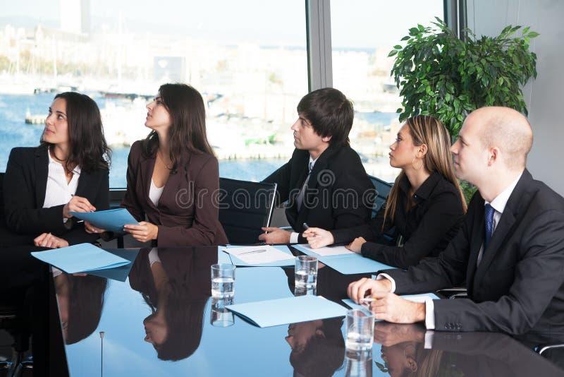 Executivos que escutam a apresentação imagem de stock