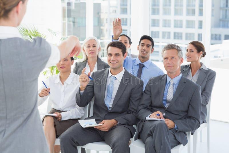Executivos que escutam durante meting fotos de stock