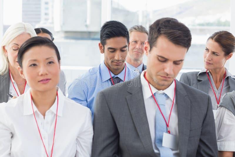 Executivos que escutam durante meting foto de stock royalty free