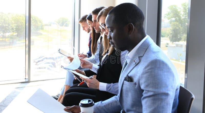Executivos que esperam a entrevista de trabalho imagens de stock