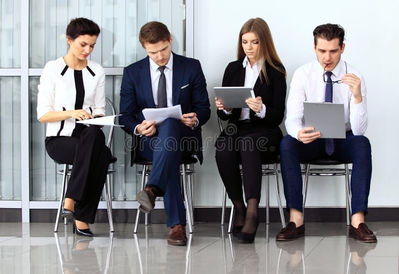 Executivos que esperam a entrevista de trabalho imagens de stock royalty free