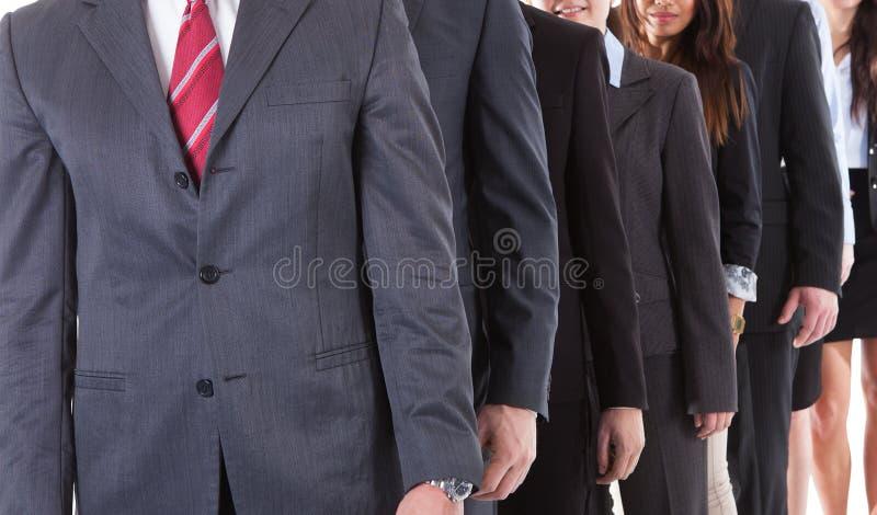 Executivos que estão na fileira imagens de stock royalty free