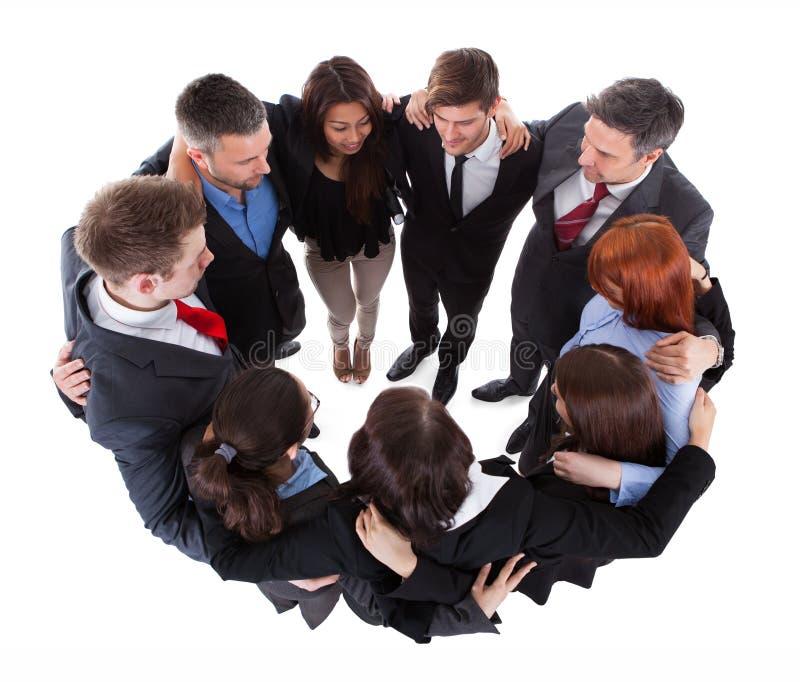 Executivos que estão no círculo foto de stock royalty free