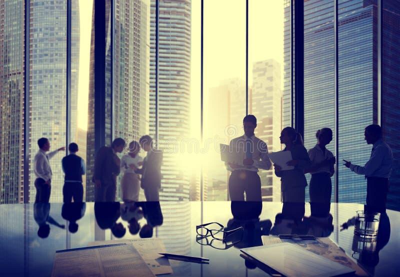 Executivos que falam a interação C de uma comunicação da conversação foto de stock royalty free