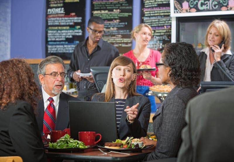 Executivos que falam no café imagens de stock