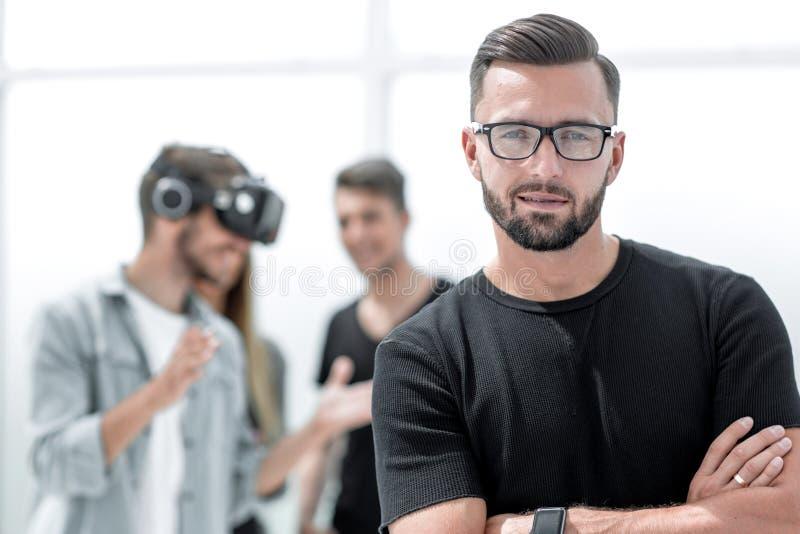 Executivos que fazem o exercício de formação da equipe durante o seminário do desenvolvimento de equipas usando vidros de VR fotografia de stock royalty free
