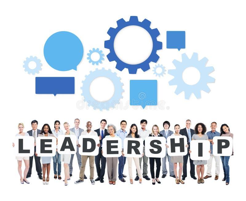Executivos que guardam as letras que formam a liderança imagens de stock royalty free