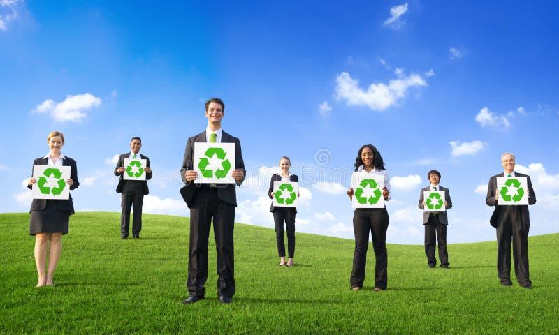 Executivos que guardam o cartaz com reciclagem de Sym foto de stock royalty free