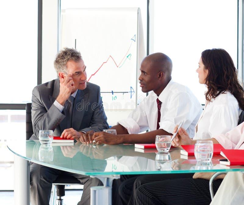 Executivos que interagem no escritório imagem de stock