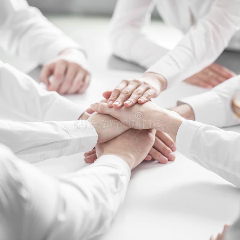 Executivos que juntam-se às mãos foto de stock royalty free