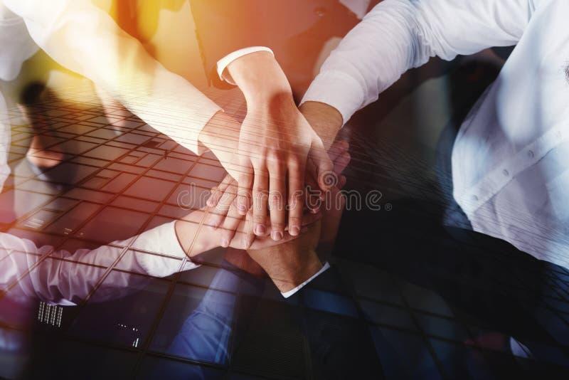 Executivos que juntam-se às mãos no escritório Conceito dos trabalhos de equipa e da parceria Exposição dobro imagens de stock royalty free