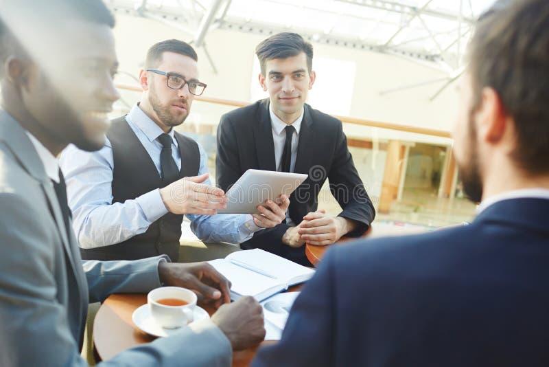 Executivos que negociam o negócio na reunião imagem de stock royalty free