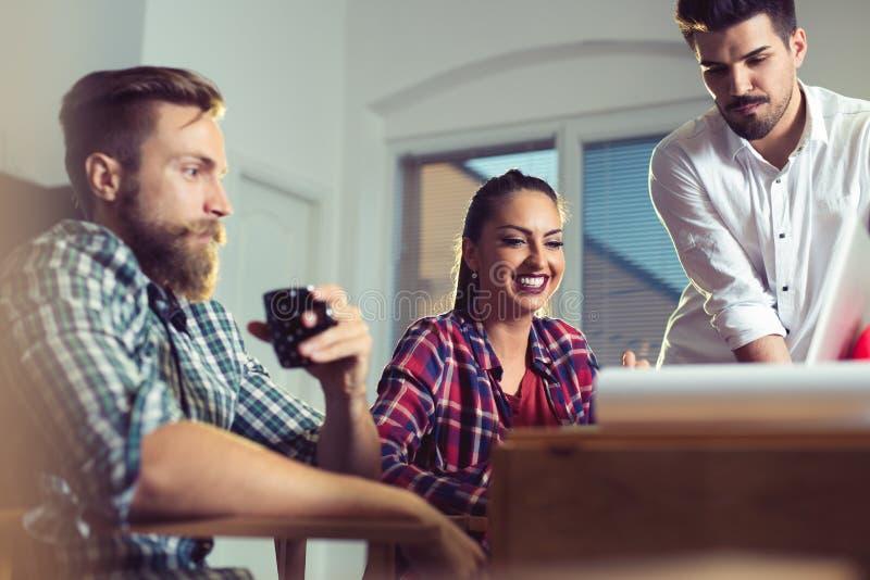 Executivos que planeiam o conceito do escritório da análise da estratégia imagens de stock royalty free