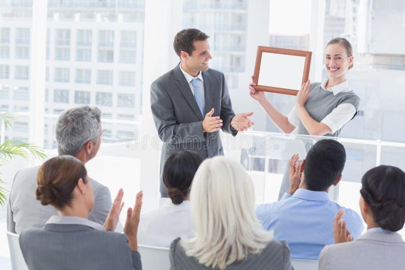 Executivos que recebem a concessão fotos de stock royalty free