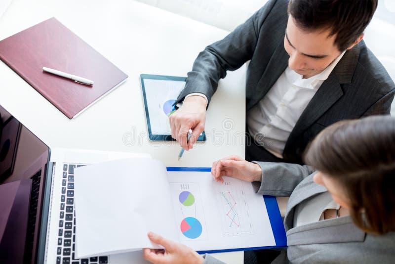 Executivos que reveem originais de negócio fotos de stock