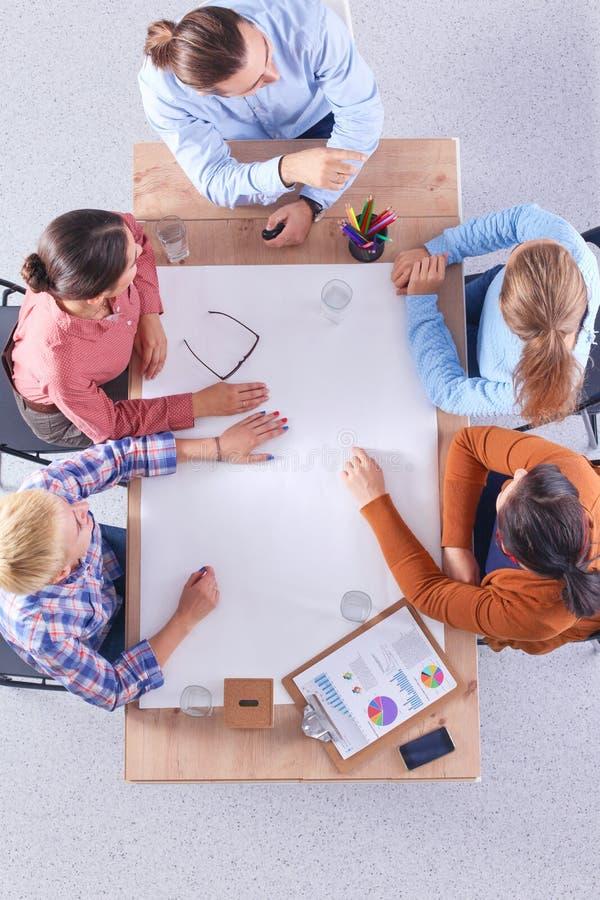 Executivos que sentam-se e que discutem na reunião, no escritório fotos de stock royalty free