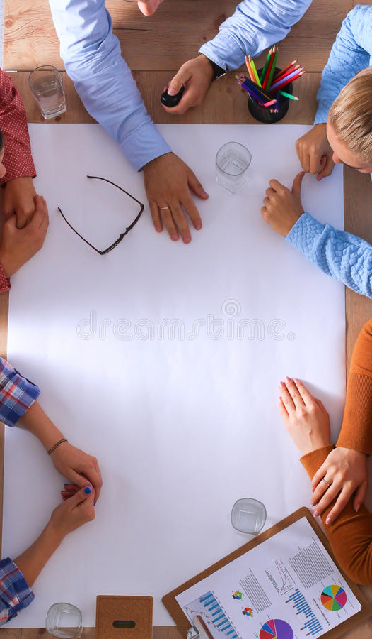 Executivos que sentam-se e que discutem na reunião de negócios, no escritório imagem de stock