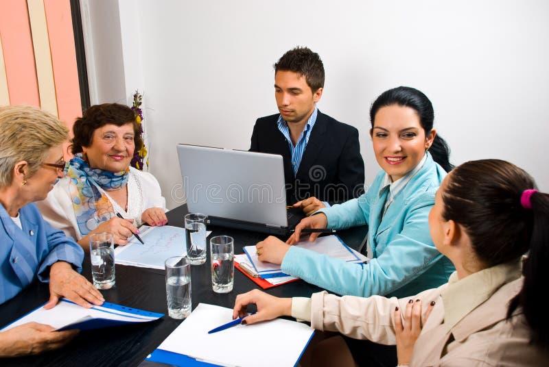 Executivos que têm a conversação na reunião foto de stock royalty free