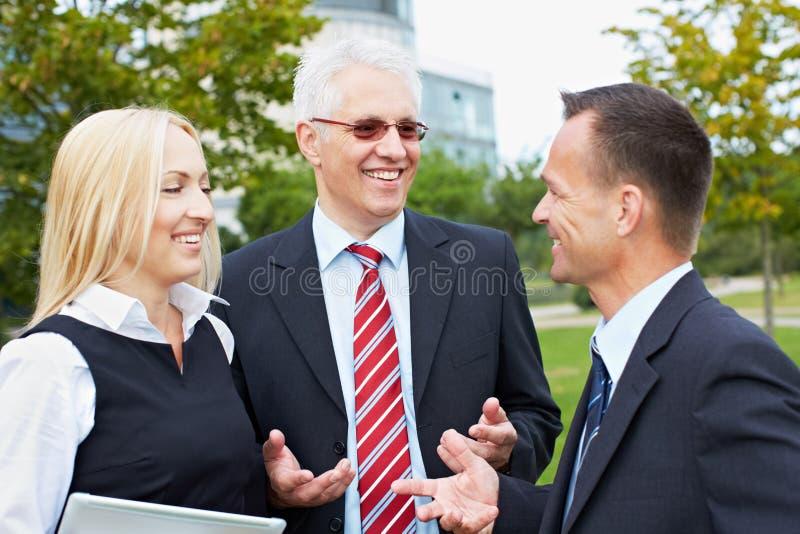Executivos que têm a discussão fotos de stock royalty free