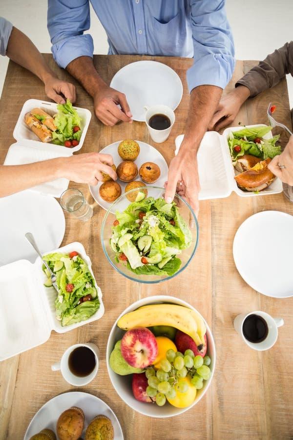 Executivos que têm o almoço junto imagem de stock royalty free