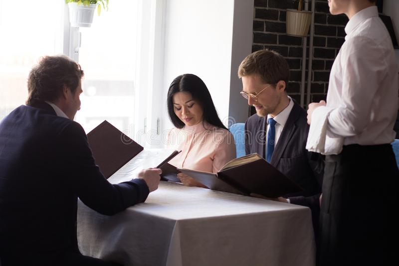 Executivos que têm o almoço no restaurante luxuoso fotos de stock