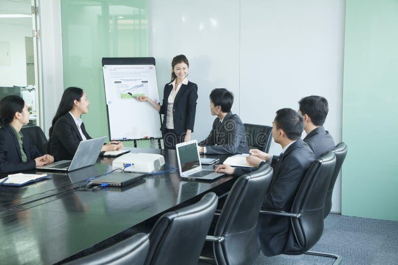 Executivos que têm a reunião imagens de stock