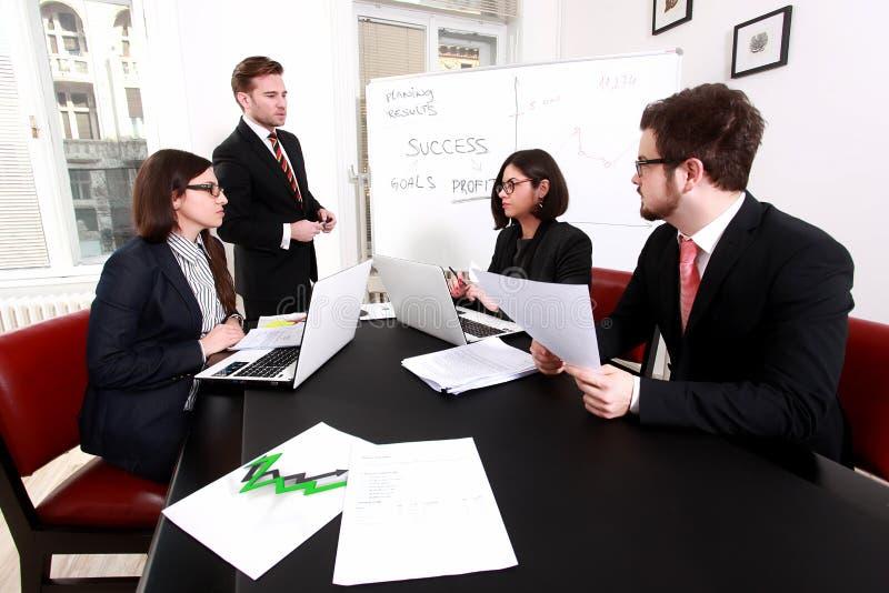 Executivos que têm a reunião da direção foto de stock royalty free