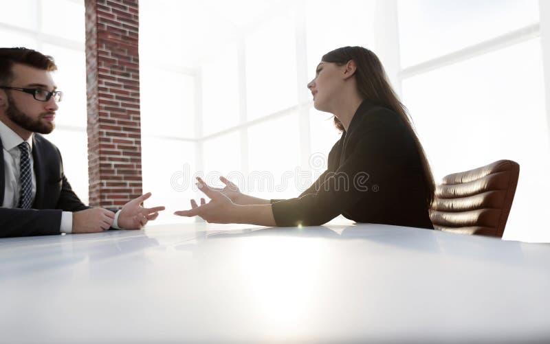 Executivos que têm a reunião em torno da tabela no escritório moderno imagem de stock