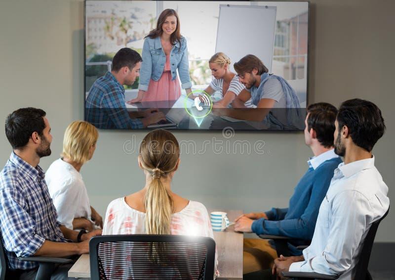 Executivos que têm uma audioconferência na reunião imagem de stock royalty free