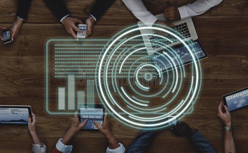 Executivos que trabalham com conceito da tecnologia foto de stock