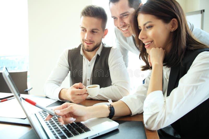 Executivos que trabalham a conferência da cooperação dos trabalhos de equipa