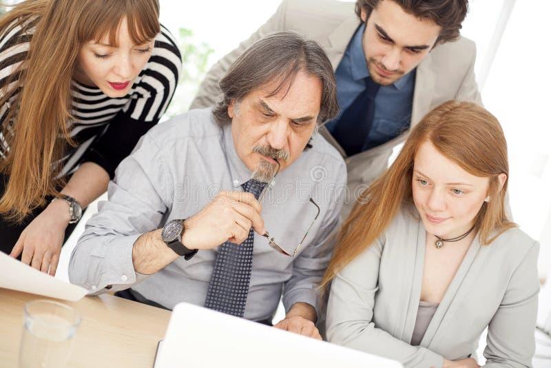 Executivos que trabalham em equipe no escritório imagens de stock royalty free