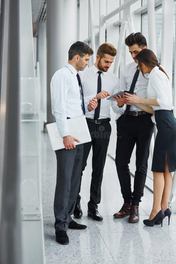 Executivos que trabalham em equipe no escritório fotografia de stock royalty free