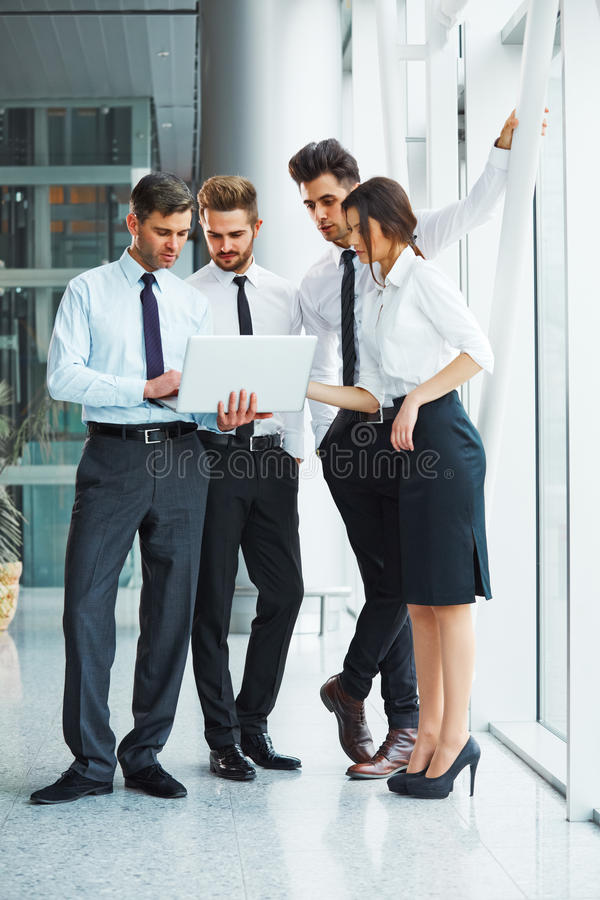 Executivos que trabalham em equipe no escritório imagem de stock royalty free